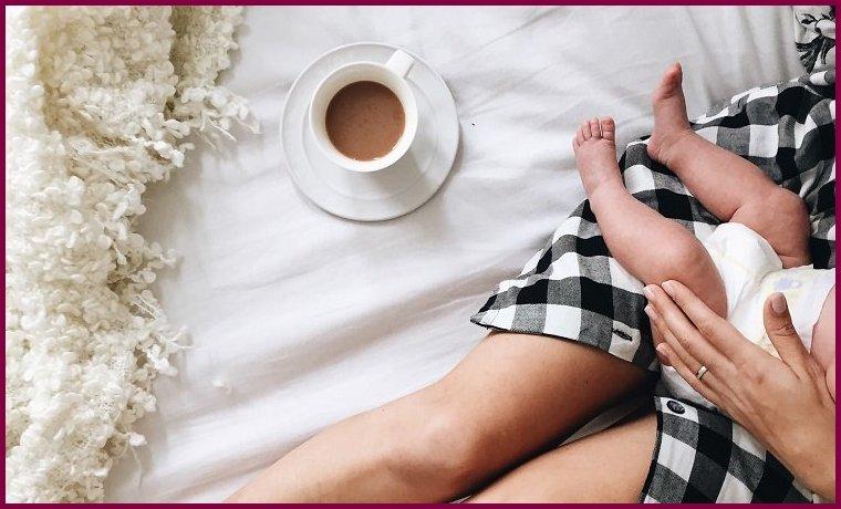 Кормящая мать пьет кофе